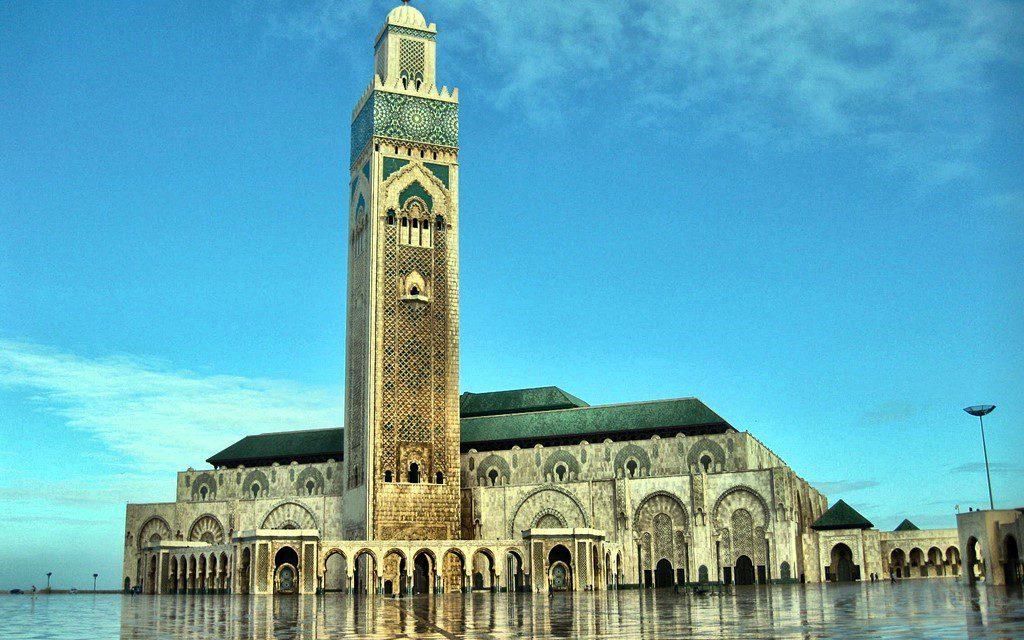 https://www.moroccodailytours.com/wp-content/uploads/2018/12/casablanca-mosque-1024x640.jpg